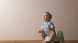 Bimbo di due anni che si rifiuta di fare la cacca