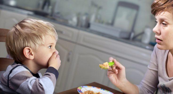 bambino mangia poco