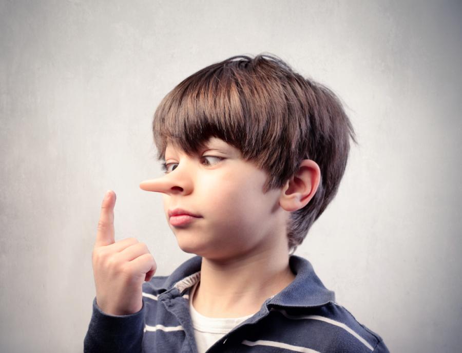 Bambino che dice le bugie