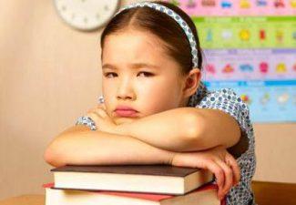 Bambina compiti scuola
