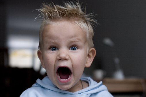 Bambino geloso del fratlellino rabbia