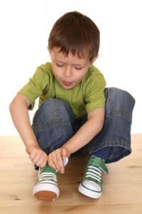 Bambino che gioca da solo